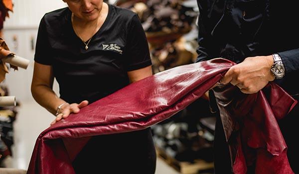 photo 2 personnes palpant une peau de cuir
